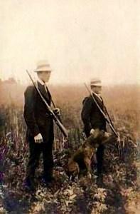 Foto: zwei Männer im Feld mit Hund