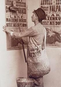 altes Foro: Plakatierer klebt Plakat an