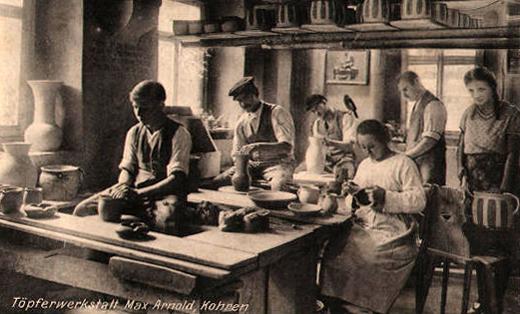 Foto: weibliche und männliche Töpfer arbeiten an Tongefäßen
