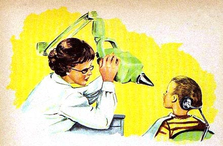 Zahnärztin röntgt Zahn eines Kindes