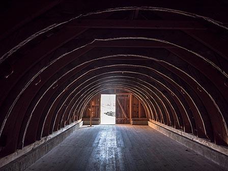 Foto: Blick aus dem runden Dachgeschoss eines Bohlenbinderhauses