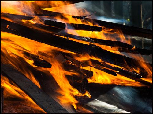 Feuer, Flammen, lodernd, brennende Holzscheite