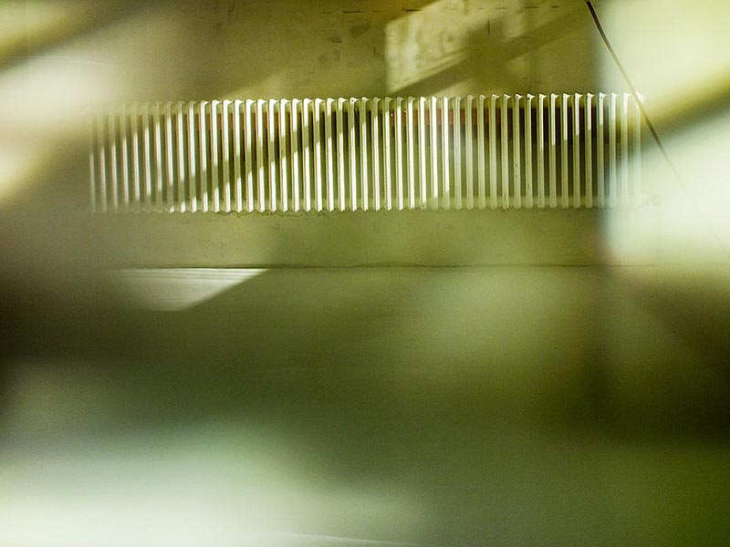 Foto: leerer Raum mit langem Heizkörper