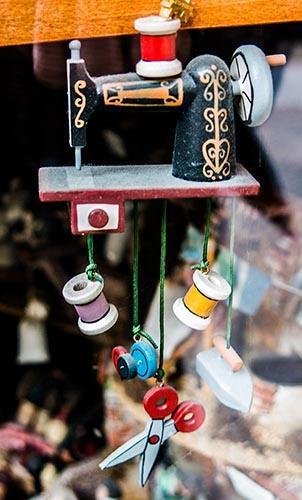Foto eines Schaufensters mit Nähmaschine, Schere, Garnrollen
