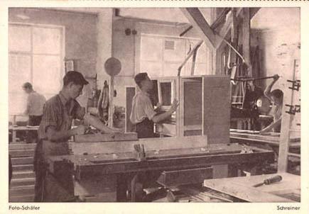 Foto: junge Tischler arbeiten in der Werkstatt