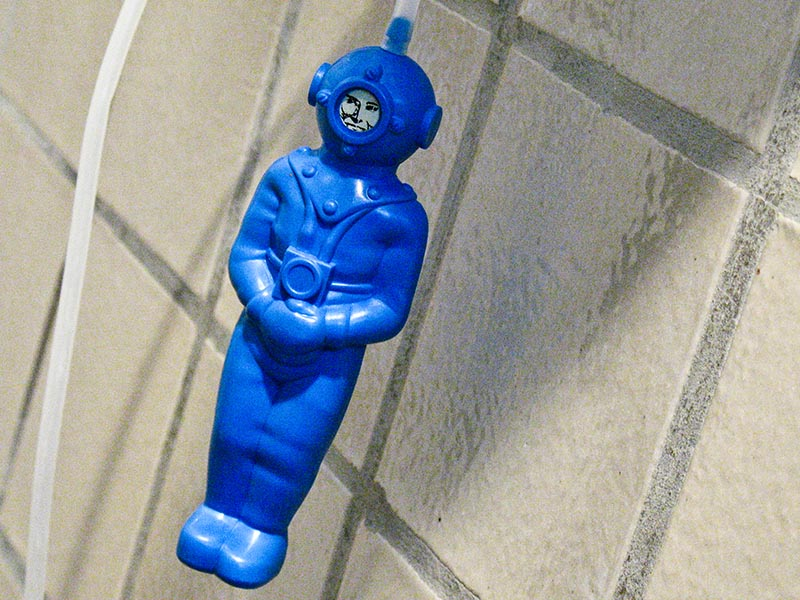 Foto: Plastiktaucher (Spielzeug) in blauem Taucheranzug