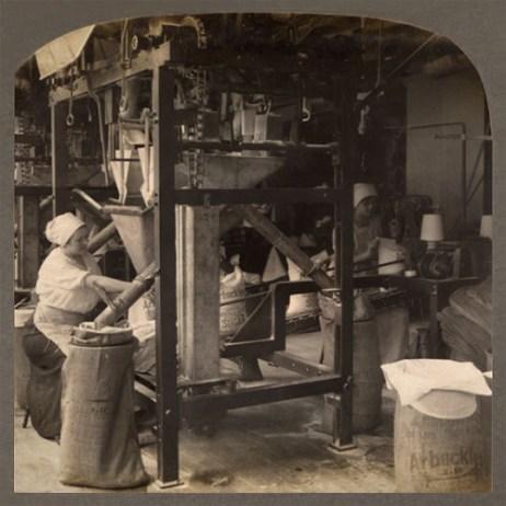 s/w Foto: Zuckerhut-Abfüllanlage in einer Raffinerie, in der Frauen beschäftigt sind