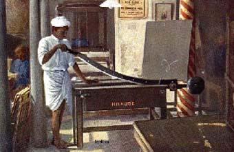 indischer Buchbinder schneidet Papier mit großer Schneidemaschine