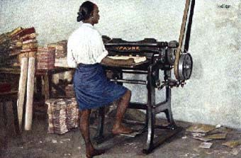altes koloriertes Fotos: indischer Buchbinder steht mit einem Packen Papier an der Schneidemaschine