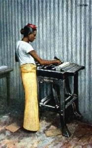 koloriertes Foto: ceylonesischer Buchbinder an der Klebemaschine