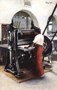 altes Foto: Arbeiter an der Buchpresse