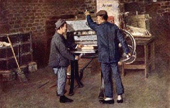 zwei japanische Buchbinder an der Zuschneidemaschine