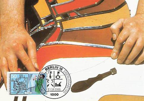 Briefmarke: Der Glaser stellt ein Buntglasfenster her.