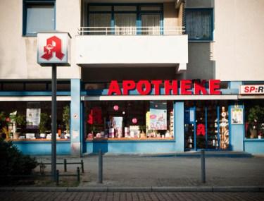 Farbfoto: moderne Apotheke von außen
