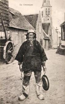 altes sw-Foto: dörflicher Ausrufer mit Schlegel und Blech