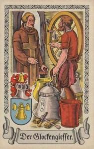 Glockengießer spricht mit Geistlichem, neben ihm steht eine gegossene Glocke