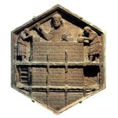 altes wabenförmiges Relief: Arbeiter bauen eine Mauer