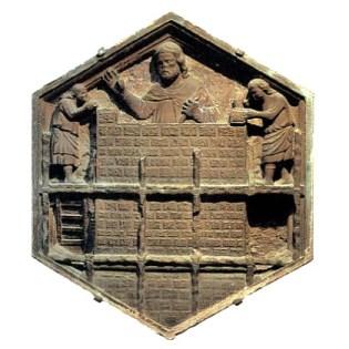 sechseckiges Relief - Turmbau mit Gerüst, Maurer und zwei Gehilfen bei der Arbeit