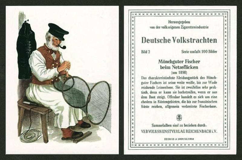 Farblitho: auf einem Hocker sitzender Fischer mit Schirmmütze und Pfeife im Mund repariert eine Fischreuse