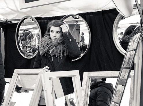 sw-Foto: auf dem Trödelmarkt am Spiegelstand, Verkäuferin