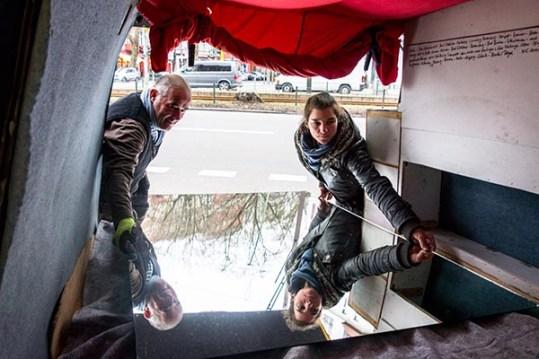 Foto: Spiegelscheibe wird von zwei Menschen ins Auto gelegt