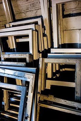 Foto: Stapel mehrerer Fensterflügel ohne Scheiben