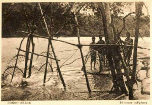 altes sw-Foto: Fischer stehen im Fluss, Fangkörbe ausgeworfen