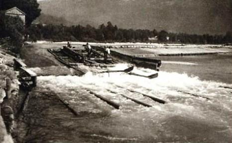 altes sw-Foto: Flößer auf dem Fluss