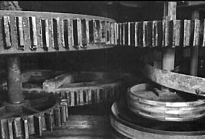 sw-Foto: Zahnräder einer Papiermühle