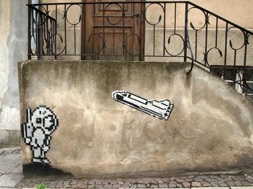 Farbfoto: Astronaut und Rakete als Streetart an einer Treppe