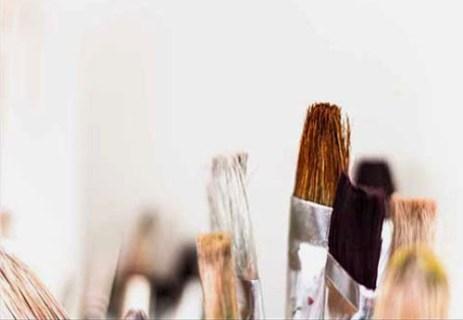 Farbfoto: mehrere Pinselspitzen in verschiedenen Farben