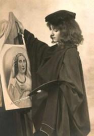 s/w Foto: ein junger Mann steht vor seinem gemalten Bild an der Staffelei, auf dem das Portrait einer Frau zu sehen ist