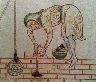 Arbeiter arbeitet beim Mauerbau mit Bleilot