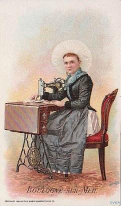 alte Postkarte: Frau sitzt an Nähmaschine und näht