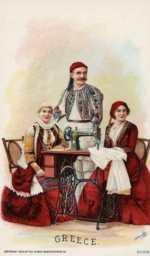 alte Postkarte: Frau sitzt an Nähmaschine und näht, ein Paar anbei