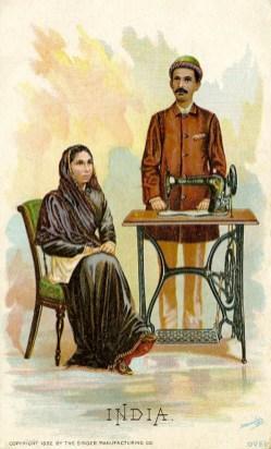 alte Postkarte: Mann steht an der Nähmaschine, Frau sitzt auf einem Stuhl daneben