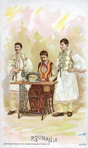alte Postkarte: drei Männer an der Nöhmaschine in Trachten