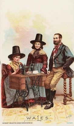 alte Postkarte: Frau sitzt an Nähmaschine und näht, Paar anbei