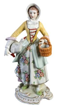 Porzellanfigur: Magd in Thüringer Tracht mit Blumenrock und weißer Haube, eine Gans untem Arm und am anderen einen kleinen Korb