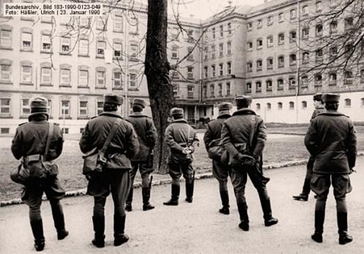 s/w Foto: mehrere Justizbeamte im Innenhof des Gefängnisses