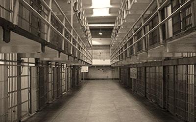 s/w Foto: Innennsicht, Gang mit Zellen in zwei Etagen zu beiden Seiten