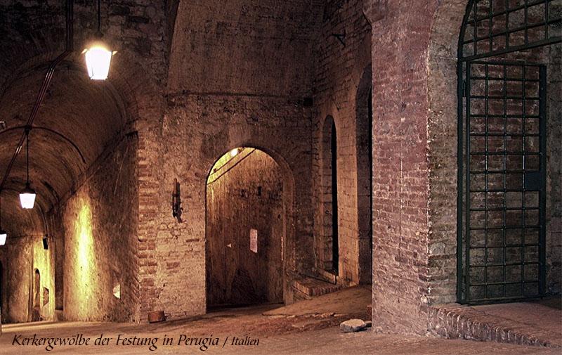 Farbfoto: Kerkergewölbe der Festung in Perugia / Italien