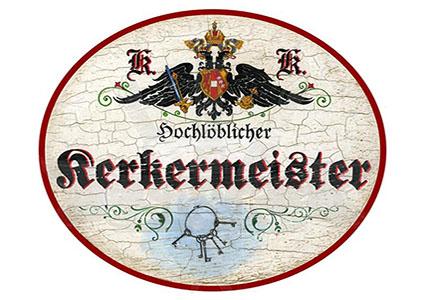 gemaltes K.u.K.-Türschild mit der Aufschrift: Hochlöblicher Kerkermeister