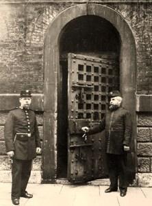 sw-Foto: zwei Gefängniswärter vor der Gefängnistür