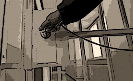 s/w illu: Gittertür zum Zellengang wird zugeschlossen