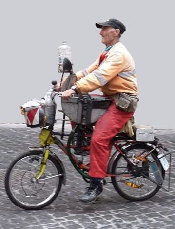 Farbfoto: Scherenschleifer unterwegs mit am Fahrrad intergrierter Schleifvorichtung
