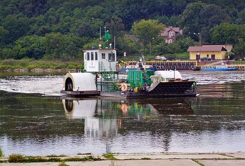 Farbfoto: Seitenradmotorfähre überquert die Oder