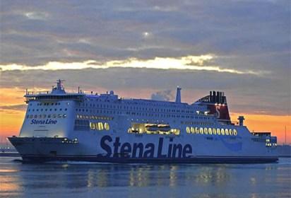 Farbfoto: Groß-Fährschiff 'Stena Hollandica' bei Abendrot auf dem Ärmelkanal