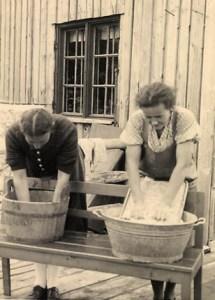 sw-Foto: zwei Frauen beim Waschen der Wäsche