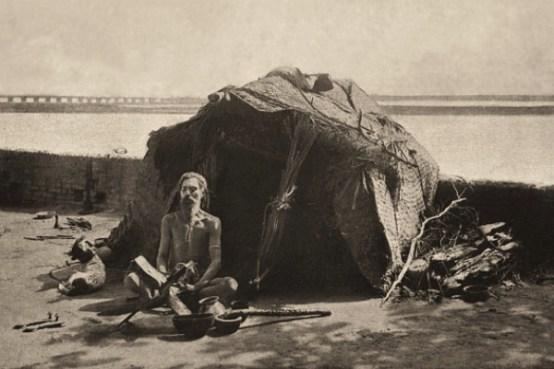 sw Foto: meditierender Hindu vor Lumpenhütte am Flußufer - 1905